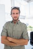 Homem de sorriso no escritório criativo com os braços dobrados imagem de stock royalty free