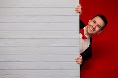 Homem de sorriso novo com placa vazia azul Foto de Stock Royalty Free
