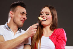 Homem de sorriso que alimenta a mulher feliz com banana Fotos de Stock Royalty Free