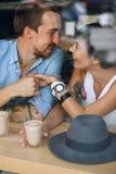 Homem de sorriso que guarda a mão da mulher no café Fotografia de Stock Royalty Free