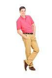 Homem de sorriso que inclina-se de encontro à parede Fotos de Stock Royalty Free