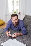 Homem de sorriso que passa um dia de relaxamento em casa Foto de Stock