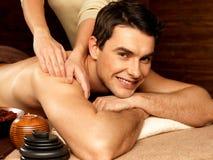 Homem de sorriso que tem a massagem no salão de beleza dos termas imagem de stock