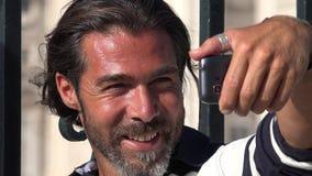 Homem de sorriso que toma Selfy video estoque