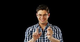 Homem de sorriso que usa a tabuleta digital futurista video estoque