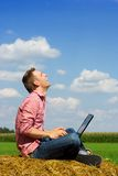 Homem de sorriso sobre a opinião do país Imagem de Stock Royalty Free