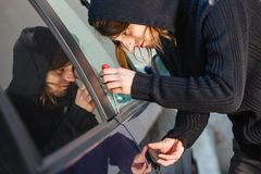 Homem de Thieft que guarda a chave de fenda que quebra no carro Fotos de Stock Royalty Free