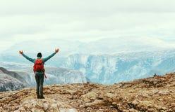 Homem de viagem que aprecia o Mountain View de Noruega fotos de stock