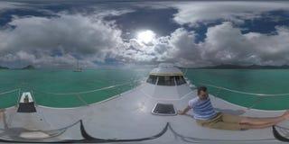Homem de 360 VR que viaja pelo iate que navega a Mauritius Island vídeos de arquivo