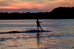 Homem de Wakeboarding no por do sol Foto de Stock Royalty Free