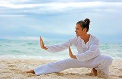 Homem de Wushu na praia Foto de Stock Royalty Free