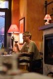 Homem de Youing no restaurante italiano imagem de stock royalty free