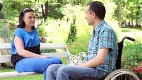 Homem deficiente na fala da cadeira de rodas e da esposa video estoque