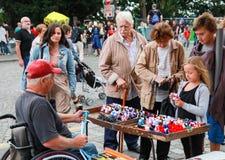 Homem deficiente que faz presentes coloridos pequenos do brinquedo Fotografia de Stock