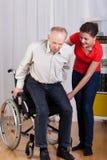 Homem deficiente que tenta levantar-se fotografia de stock royalty free