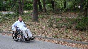 Homem deficiente que usa a cadeira de rodas video estoque