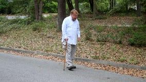 Homem deficiente que usa o bastão video estoque