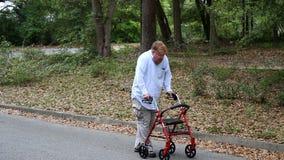 Homem deficiente que usa o caminhante video estoque