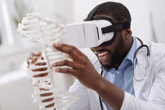 Homem deleitado feliz que estuda o modelo do ADN Foto de Stock