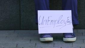 Homem demitido, rastroenny que senta-se na rua, uma caixa com artigos pessoais Em torno do cartão decomposto com vídeos de arquivo
