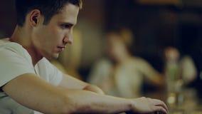 Homem deprimido na barra filme