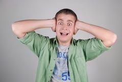 homem deprimido novo, gritando e vestindo seu e Imagens de Stock Royalty Free