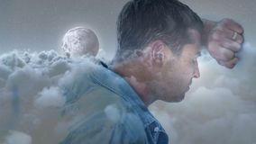 Homem deprimido que inclina sua cabeça na parede video estoque