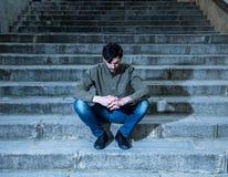 Homem deprimido que senta para fora lateral nas etapas que sentem cansados e tristes Fotos de Stock Royalty Free