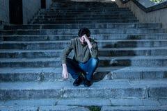 Homem deprimido que senta para fora lateral nas etapas que sentem cansados e tristes Imagens de Stock