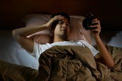 Homem deprimido que sofre da insônia fotos de stock royalty free