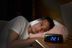 Homem deprimido que sofre da insônia Fotografia de Stock Royalty Free