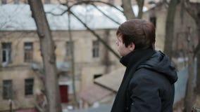 Homem deprimido só que olha na distância, sentindo culpada, virada com más notícias filme