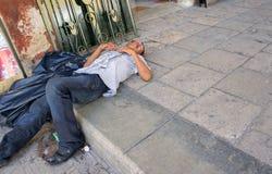 Homem desabrigado bêbado passado para fora fotografia de stock