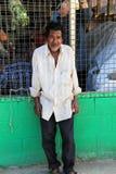 Homem desabrigado do Fijian mais velho que está na frente do mercado exterior, Fiji, 2015 Imagens de Stock