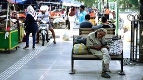 Homem desabrigado idoso que senta-se no banco filme