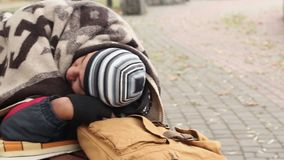 Homem desabrigado lamentável que dorme no banco, vulnerabilidade social, pobreza, miséria vídeos de arquivo