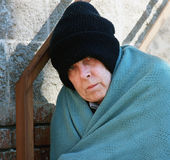 Homem desabrigado no frio Fotos de Stock Royalty Free