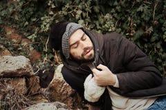 Homem desabrigado pobre na rua imagem de stock