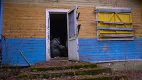 Homem desabrigado que dorme no ar livre no patamar de uma casa arruinada abandonada vídeos de arquivo