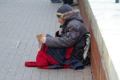 Homem desabrigado sozinho e com fome Imagens de Stock Royalty Free