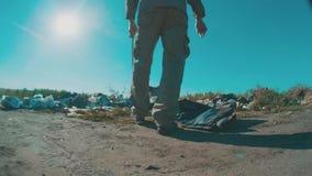Homem desabrigado sujo no vídeo de movimento lento da descarga pessoa sem telhado desabrigada que procura o alimento em uma desca vídeos de arquivo