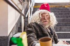 Homem desabrigado triste que senta-se na rua fotos de stock