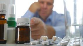Homem desapontado que verifica os comprimidos médicos conservados em estoque na prateleira da farmácia foto de stock royalty free