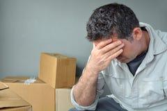 Homem desapropriado triste preocupado relocating a casa imagem de stock