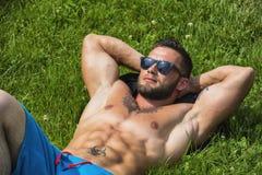 Homem descamisado muscular considerável do pão exterior no parque da cidade Fotos de Stock