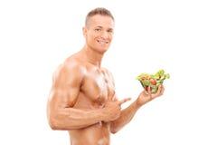 Homem descamisado que guarda uma salada imagem de stock