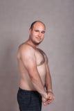 Homem descamisado que mostram seu tríceps e corpo forte Fotografia de Stock Royalty Free