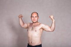 Homem descamisado que mostram seus braços fortes e corpo Fotos de Stock