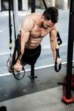 Homem descamisado que pendura na corda Fotografia de Stock