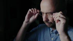 Homem descontentado com vidros filme